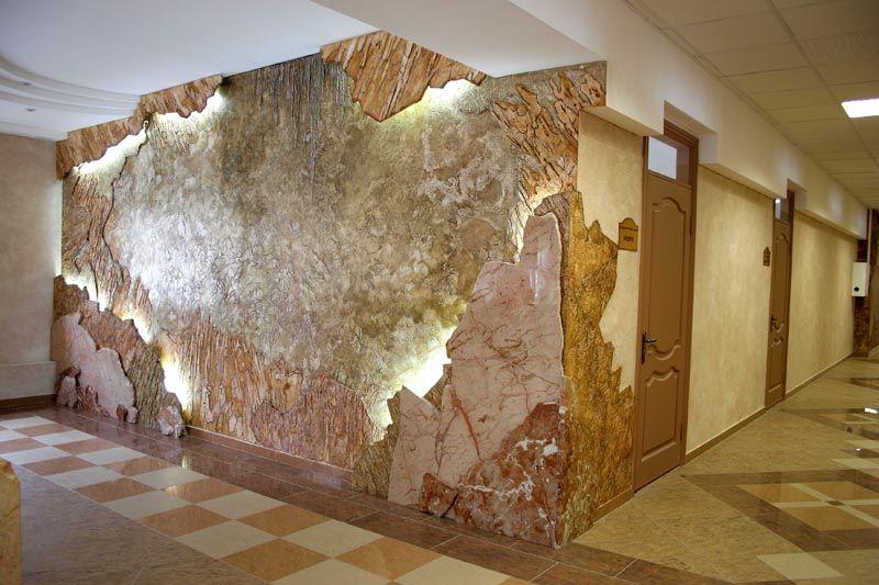 Удивительно смотрится «короед» на многоуровневой стене с подсветкой