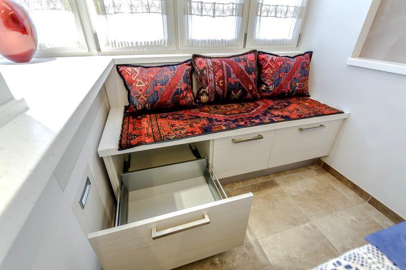 Небольшой диванчик с выдвижными полками занимает не много места