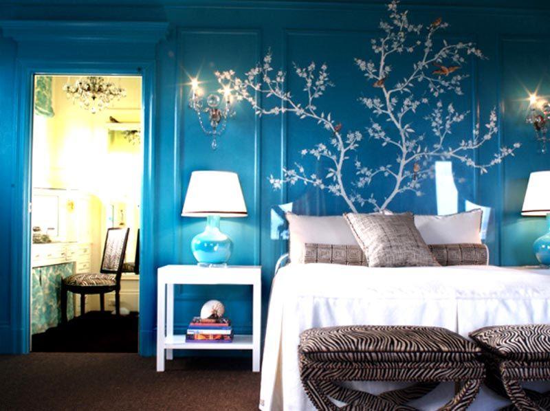 Белый рисунок на синем фоне делает обстановку более уютной