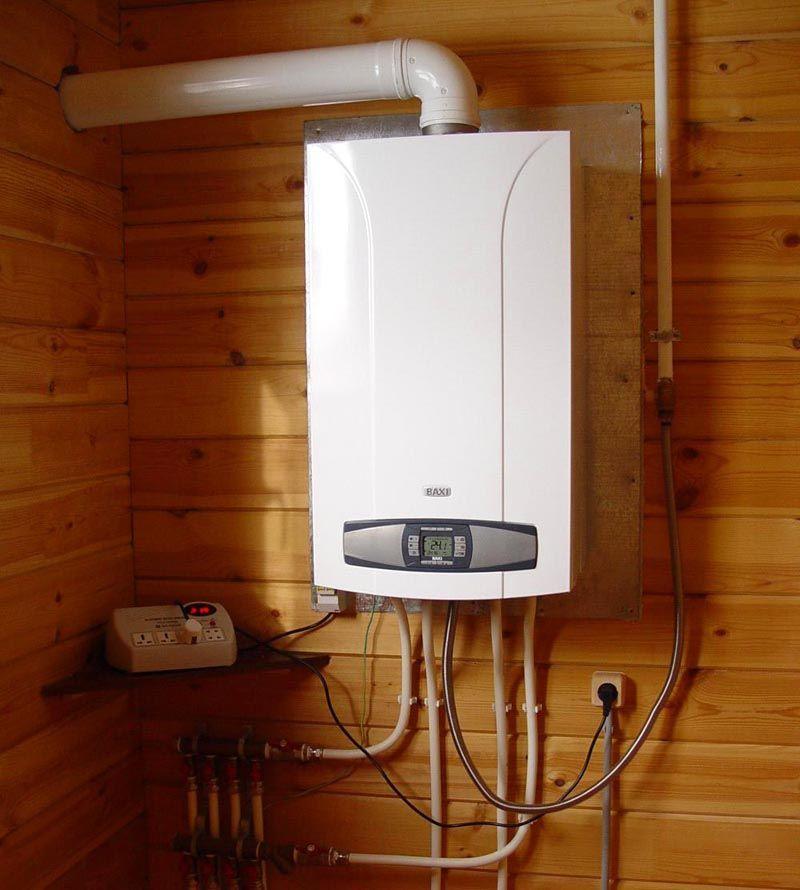 Настенный агрегат для дачи. Между деревянной поверхностью и оборудованием размещается лист стали