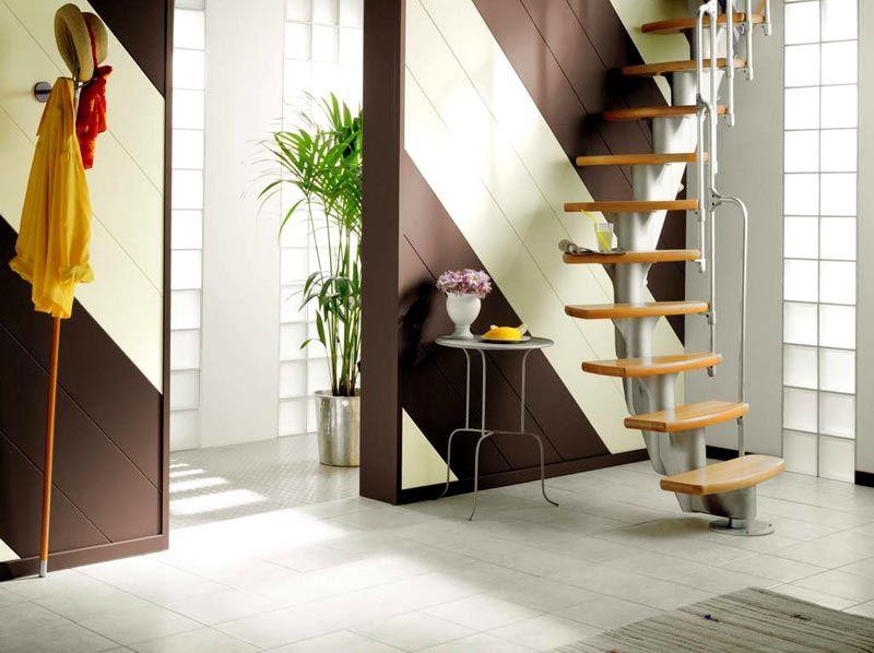 Оформление прихожей с лестницей