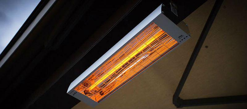 Потолочный монтаж ИК обогревателя на фасаде дома