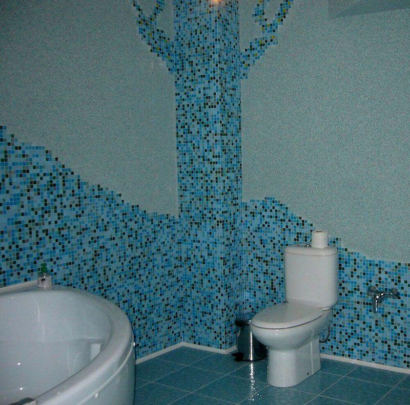 Поверхности из жидких обоев можно сочетать с мозаикой и плиткой