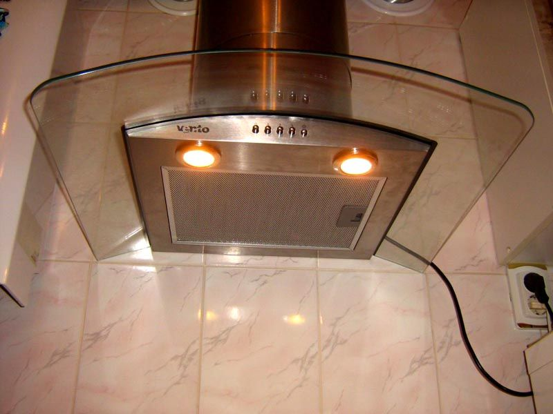 Подсветка может иметь вид светодиодной ленты или отдельных лампочек