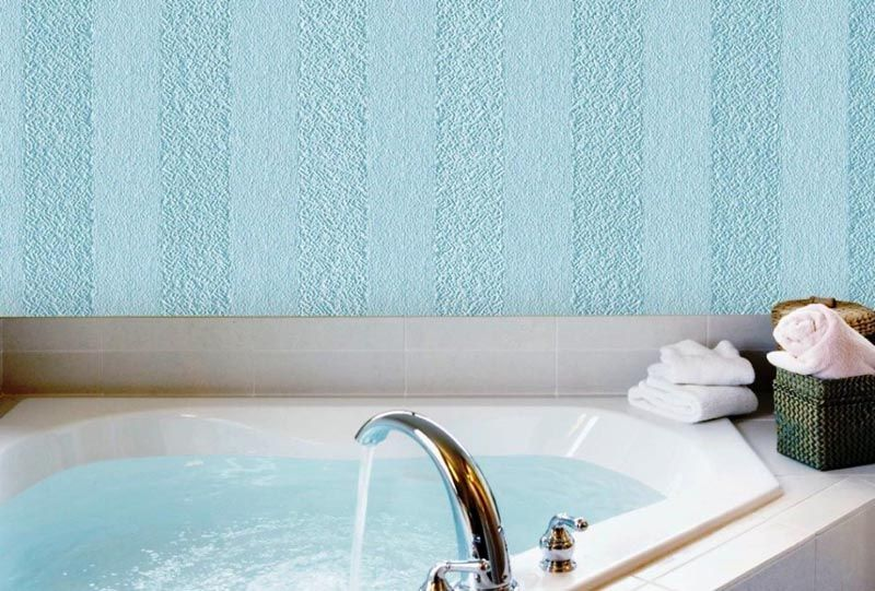 Обои для ванной можно дополнить плиткой, особенно в местах повышенной влажности