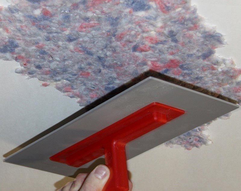 Чтобы наносить покрытие на потолок стоит подготовить специальные инструменты