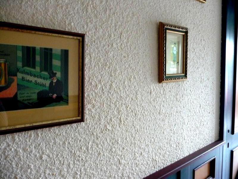 Белый фон в интерьере дополняется декором насыщенных оттенков