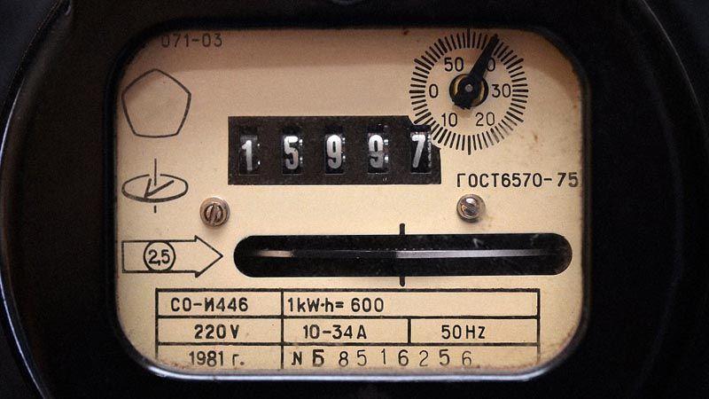 Простая индукционная модель счетчика оснащена диском с цветной отметкой, который вращается с разной скоростью, в зависимости от интенсивности потребления