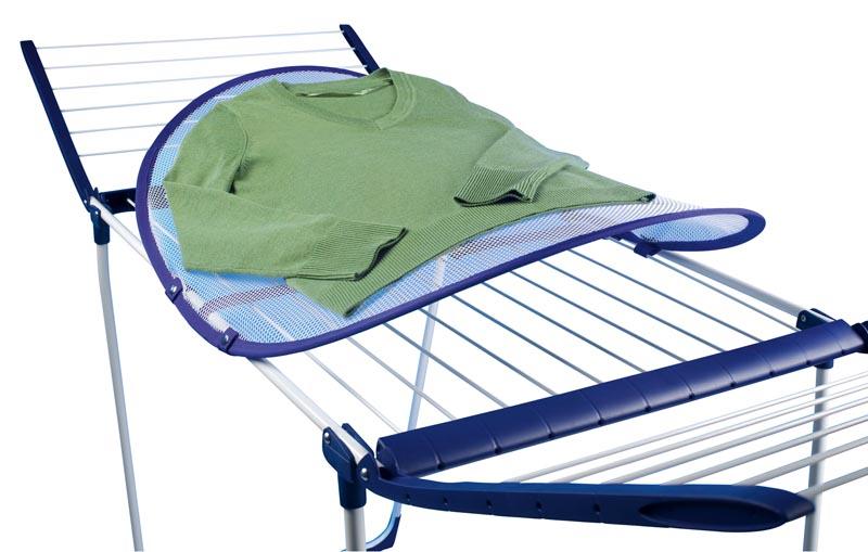 Можно, конечно, по старинке расправить вещь на полотенце на столе, но на сетке она высохнет гораздо быстрее, так как будет контактировать с воздухом с обеих сторон