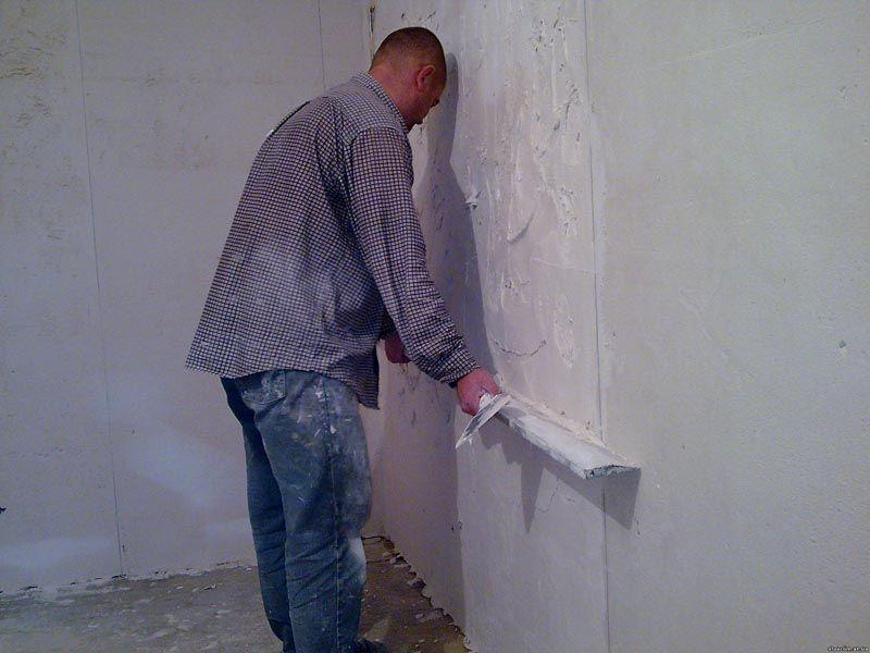 Гипсовая смесь немного удобнее в работе, чем цементная