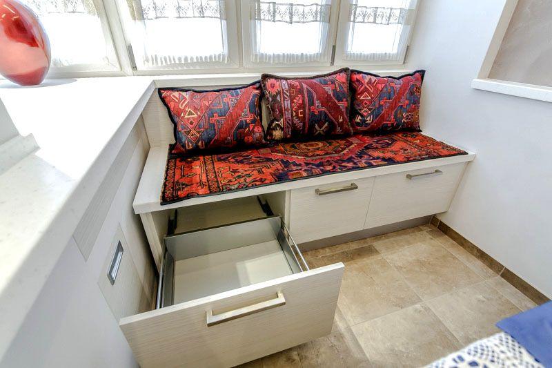 Модель с выдвижными ящиками можно использовать и в тесном помещении