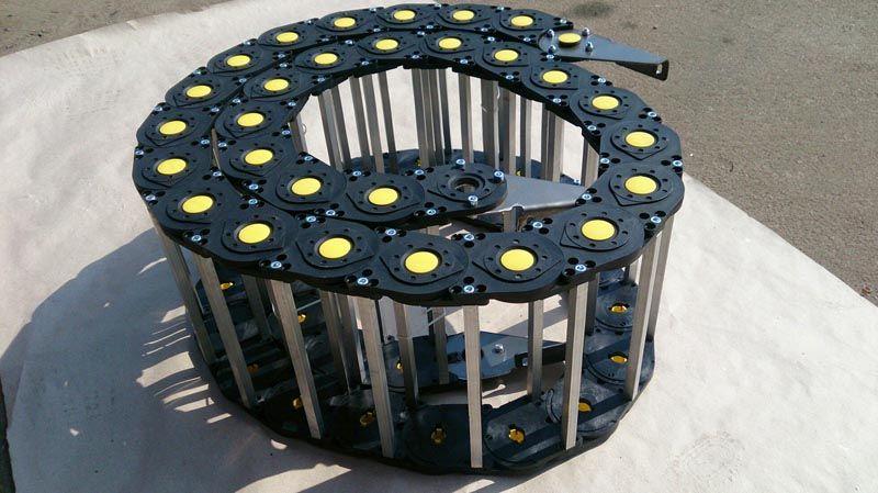 В некоторых модификациях для усиления применяют металлические элементы