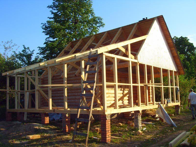 Некоторые делают веранды еще на этапе строительства, что намного удобнее