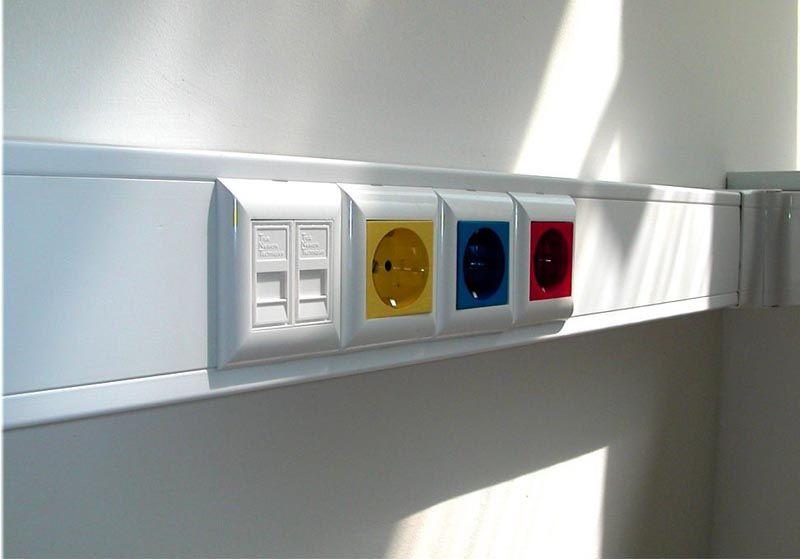 При монтаже настенного короба для проводов определяют удобную для пользователей высоту размещения розеток, выключателей, коммутационных коробок и других функциональных блоков
