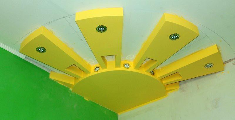 С помощью практичного материала можно создать интересные элементы для декора потолка