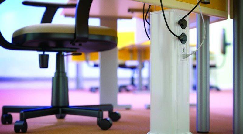 В этом проекте типовой кабель канал напольный дополнен оригинальным «столбиком». Поднятыми на небольшую высоту электротехническими приборами пользоваться удобно.