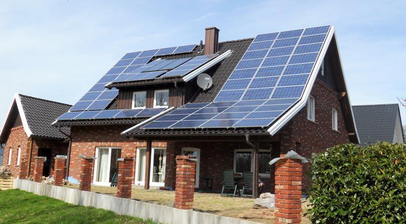 Солнечная батарея на крыше дома – дополнительный источник электроэнергии. Постепенное снижение стоимости таких элементов делает их привлекательными для рядовых потребителей