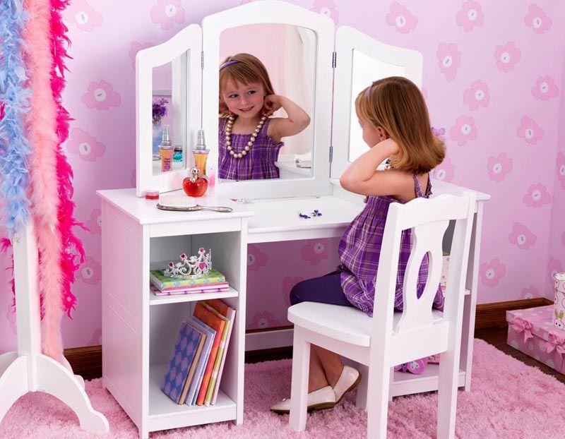 Детский столик может стать и замечательным местом для хранения разных украшений, дневников и книжек
