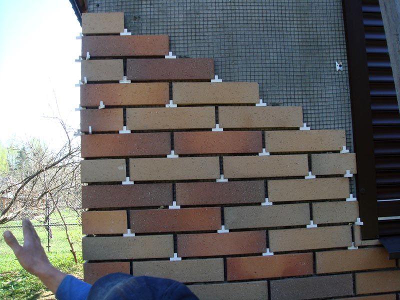 «Традиционная» укладка плитки на монтажную сетку и строительный раствор. Специальные вкладыши помогают поддерживать одинаковое расстояние между элементами, горизонтальность рядов