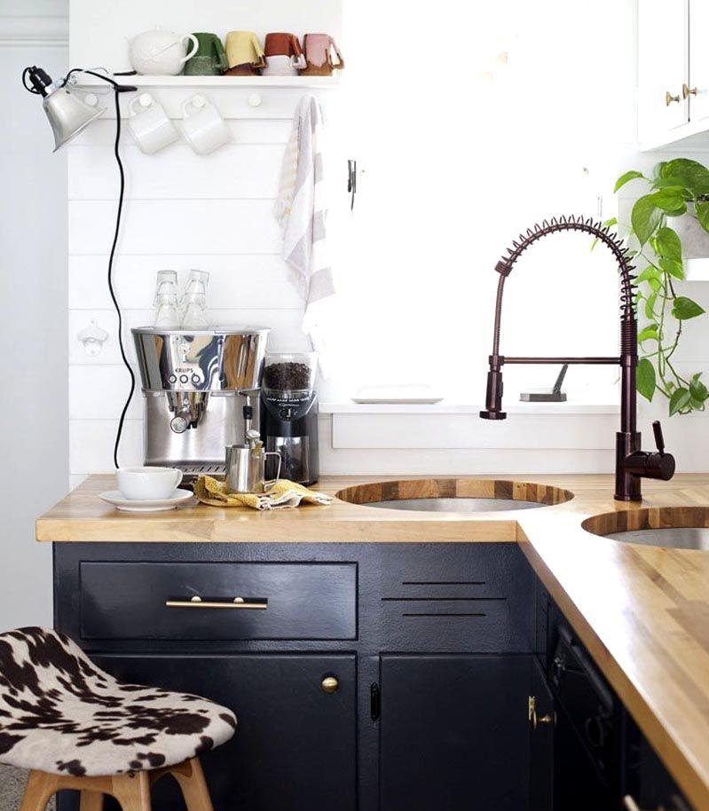 Угловую раковину на кухне желательно разместить неподалеку от источника естественного света