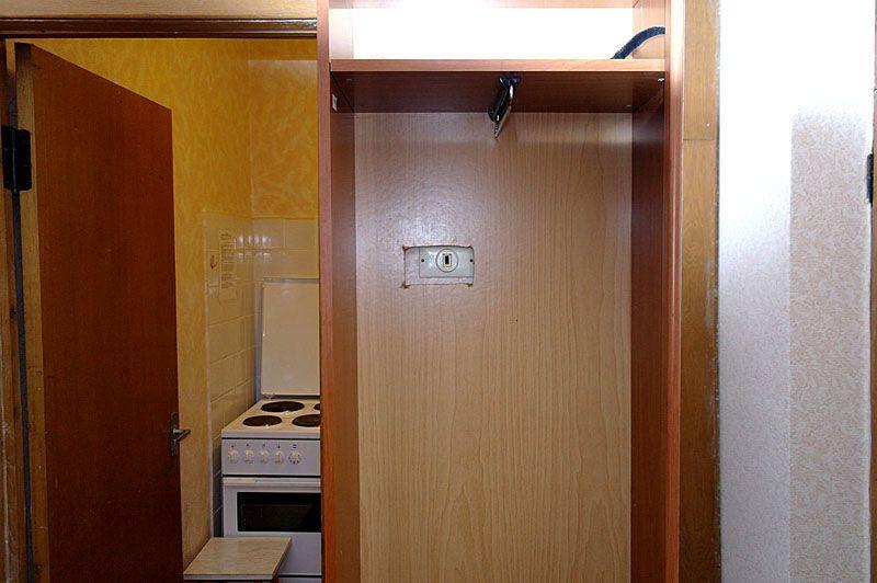 Размещение выключателя внутри шкафа – оригинальное, чисто российское ноу-хау. Но такой вариант будет вряд ли удобным для ежедневного пользования