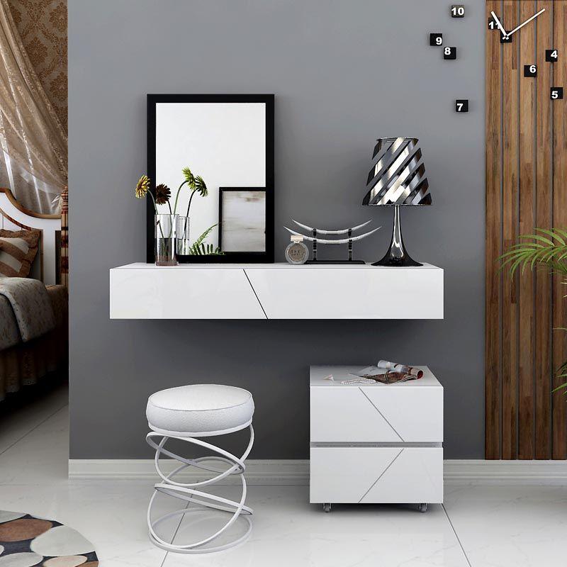 Зеркало может располагаться на стене, а к нему уже можно подобрать любой удобный мебельный гарнитур