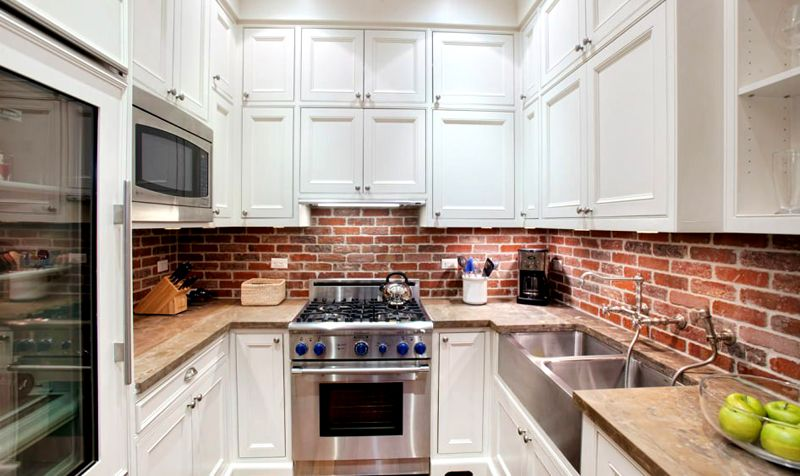 Применение плитки под кирпич для кухни на фартуке упрощает уход. На такой поверхности не заметны мелкие загрязнения