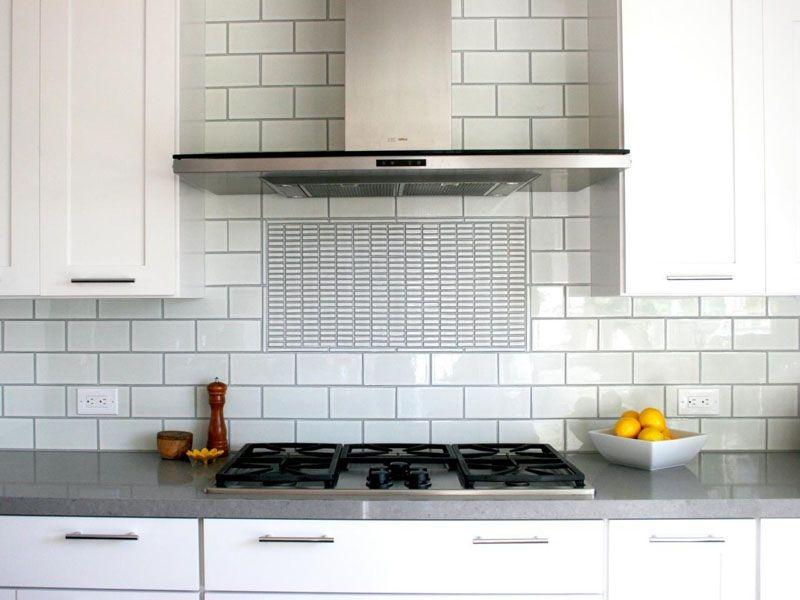 Плитка под кирпич белая глянцевая – разумная стоимость, эстетичный внешний вид. Заслуживает положительной оценки выразительный рельефный рисунок. Простота очистки снижает нагрузку на пользователей