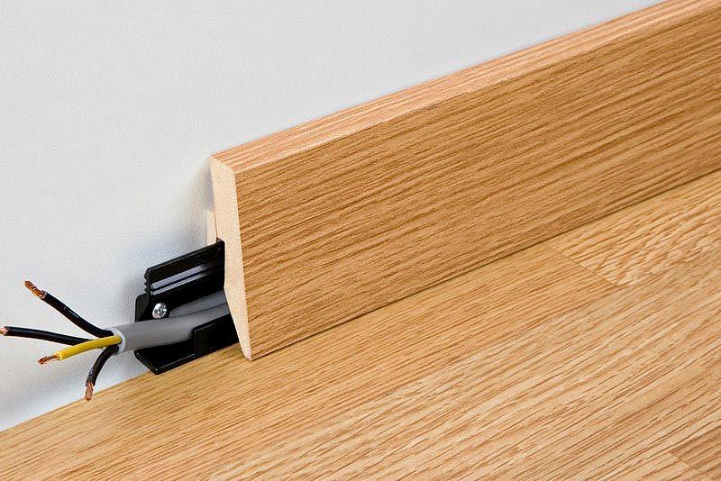 Здесь в типовом деревянном изделии сделан вырез. Для закрепления кабельных изделий используются пластиковые лотки