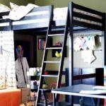 Выбирая подростковую кровать-чердак с рабочей зоной необходимо продумать окружающий интерьер