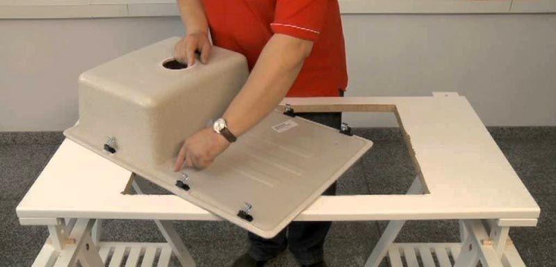 Чтобы обеспечить надежную фиксацию врезной мойки для кухни применяют специальные крепежные элементы