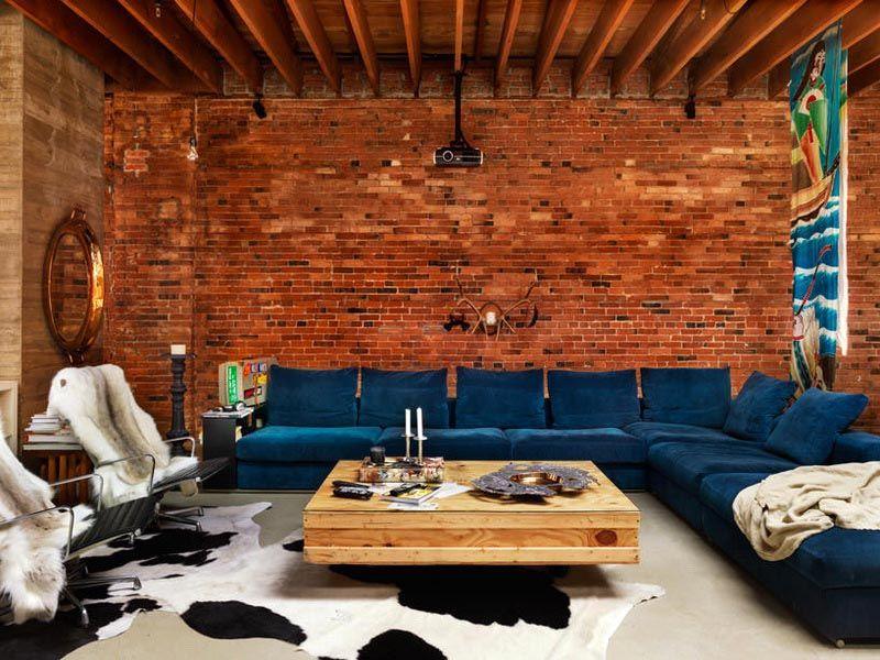 Плитка под кирпич гармонично выглядит в сочетании с деревянной отделкой потолка