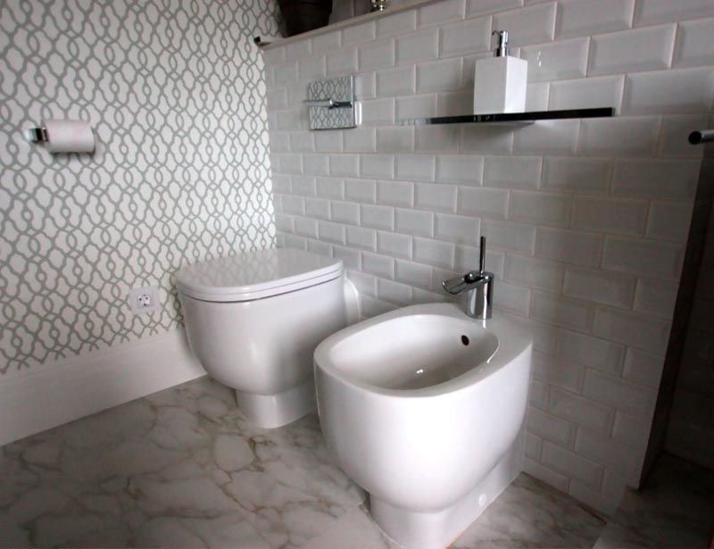 Плитка для ванной под кирпич белая хорошо сочетается с элементами декора, сантехникой, никелированными ручками и кранами