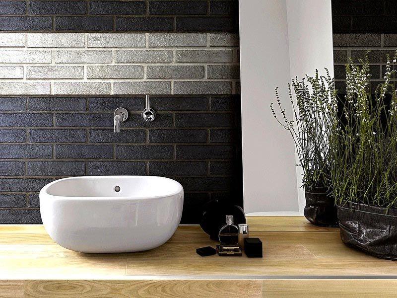Специализированную плитку под кирпич для ванной можно сделать водостойкой