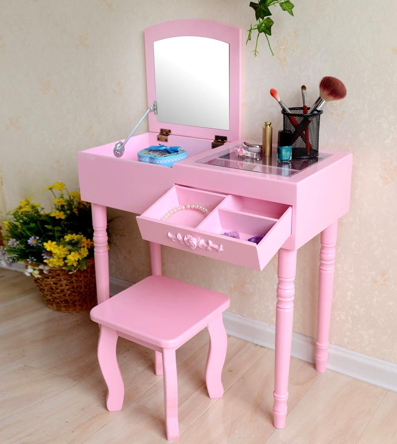 Фото дамского столика с зеркалом демонстрирует удобную и вместительную конструкцию