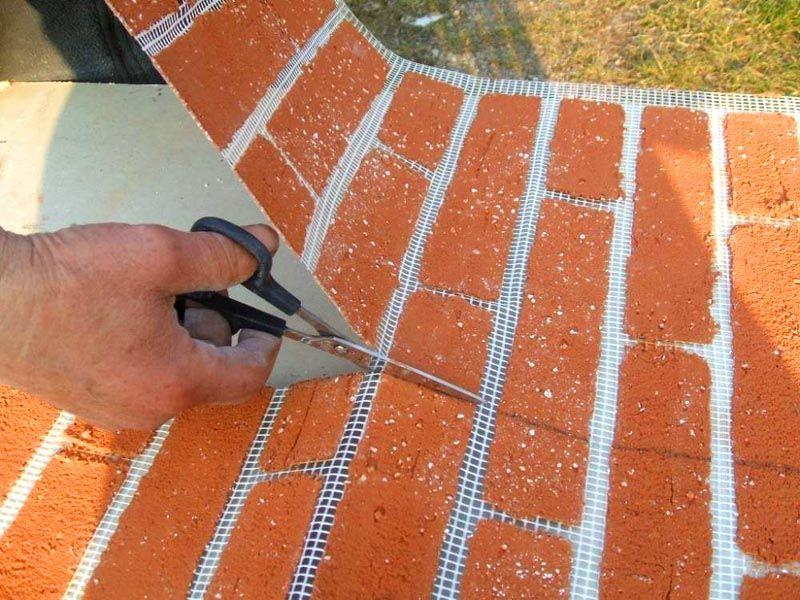Эту гибкую плитку под кирпич удобно разрезать в точном соответствии с определенными проектом размерами