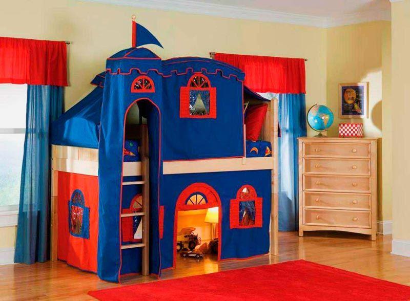 Мебельный гарнитур в виде замка оснащен спальным местом на втором этаже и удобной лестницей