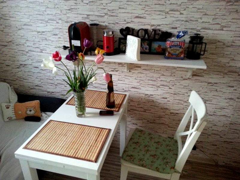 Компактный гарнитур с маленьким столиком