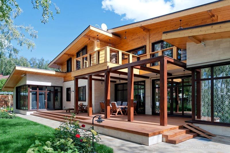 Двухэтажный дом с верандой и террасой