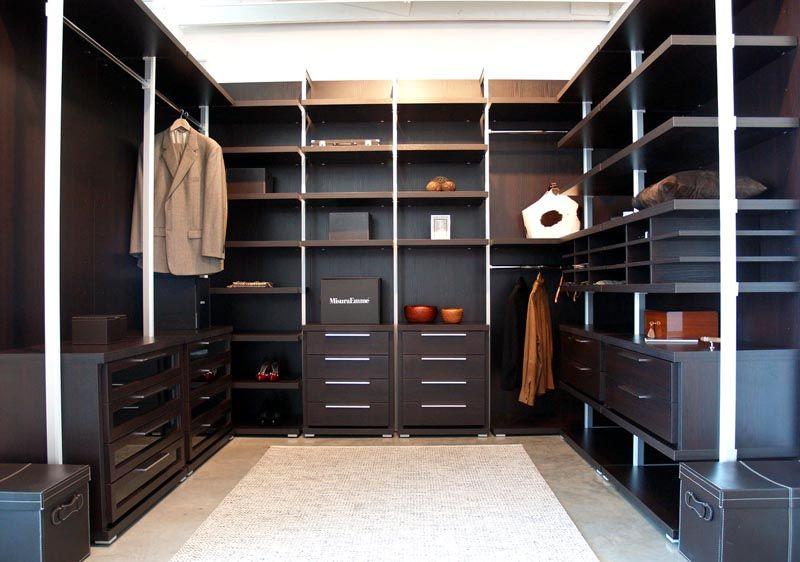 Если есть возможность оборудовать отдельное помещение под гардеробную, можно все сделать достаточно эстетично
