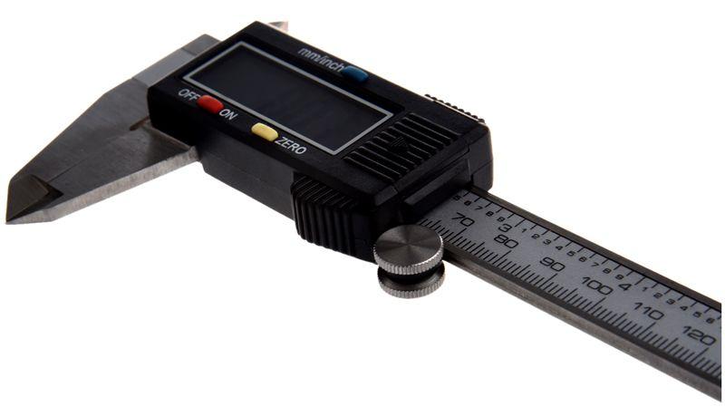 Современный штангенциркуль с цифровой индикацией выполняет измерения с точностью до 0,01 мм