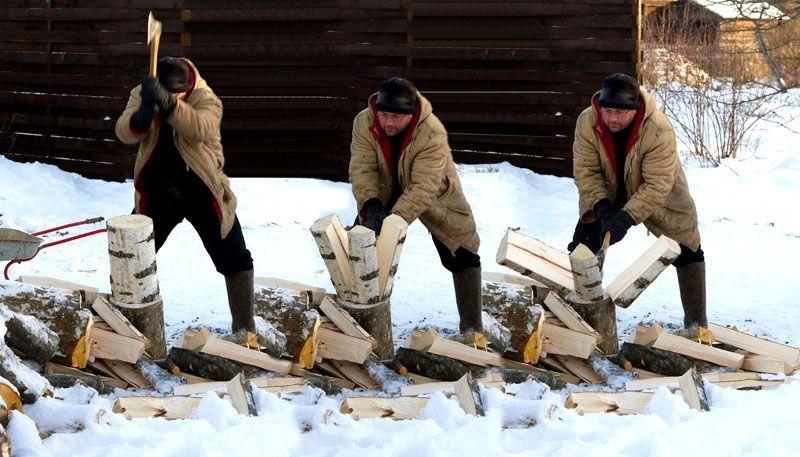 Только на постановочных фото рубка дров кажется простым и легким занятием