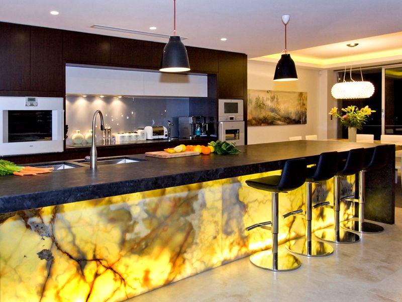 Панели из натурального камня с полупрозрачной фактурой можно подсвечивать изнутри. Вы получите неповторимый эффект