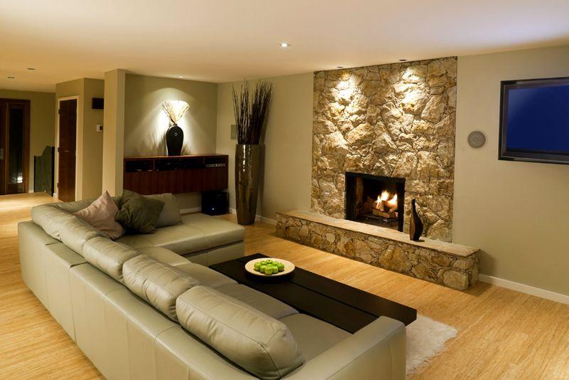 Если стены облицованы декоративным камнем, используйте светодиодные ленты или направленные светильники для акцентирования деталей