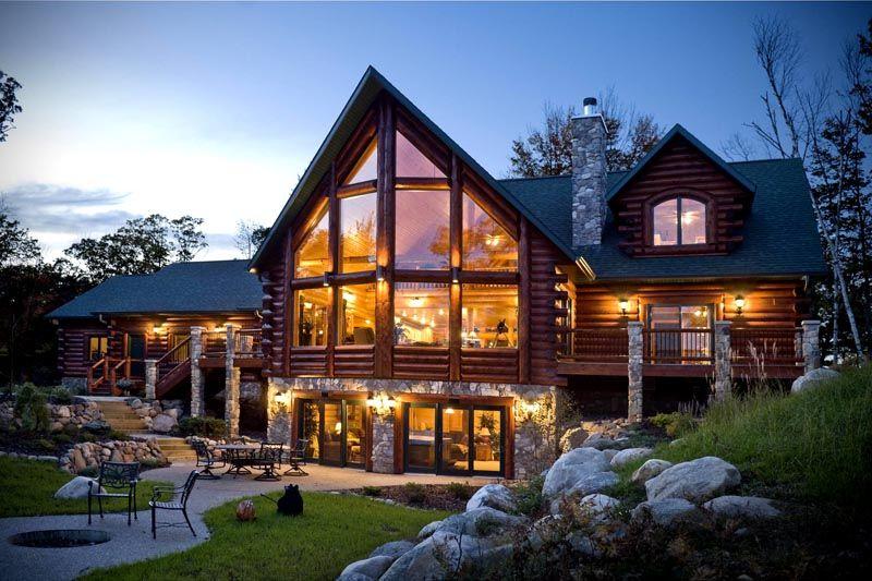 Красивый дом из камня и дерева с панорамными окнами