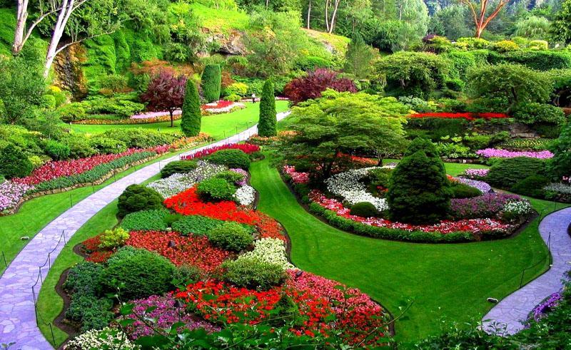 Для ландшафтного оформления применяются каменистые дорожки, всевозможные цветники, красивые ограждения и необычные цветы