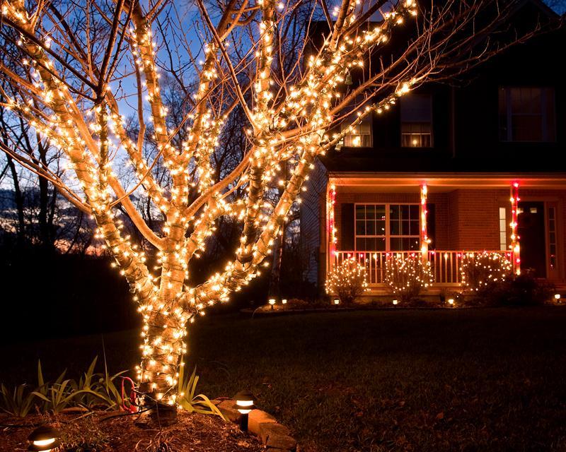 Для светового оформления кустарников и деревьев лучше брать несколько нитей покороче, так их потом будет легче снимать, длинные могут запутаться и повредиться при демонтаже