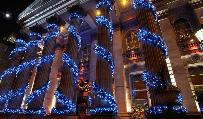 Отлично выглядят уличные светодиодные светильники на колоннах и столбах, они почеркнут изящество фасада