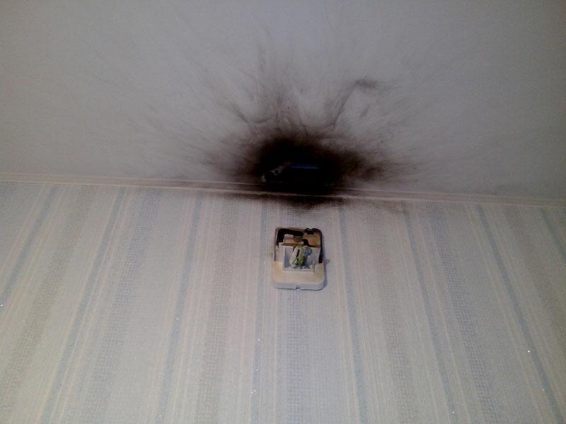 К таким последствиям может привести короткое замыкание в настенном или потолочном светильнике