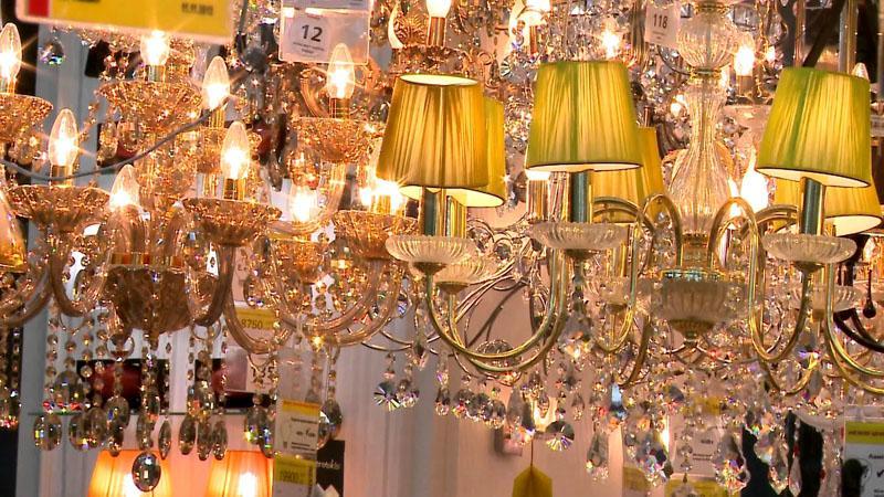 Осветительный прибор лучше купить заранее, до установки потолка, тогда будет проще определиться с его монтажом